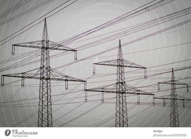 Strommasten mit Hochspannungsleitung bei trübem Wetter Elektrizität Energiewirtschaft Stromversorgung Kabel Stromtrasse Nebel formatfüllend