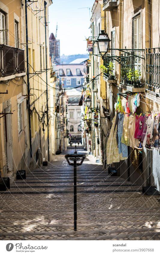 mediterrane straße mit himmel und wäsche portugal Lissabon Wäsche Leine Himmel gehweg Kabel Kabelsalat Laterne Tageslicht tag stufen Seitenstraße Farbfoto Stadt