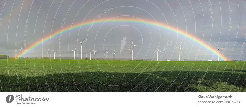 Schöner Regenbogen über einem Windpark bei Friedland Windrad Windräder Feld Himmel Getreidefeld Erneuerbare Energie Windenergie Energiewirtschaft Elektrizität