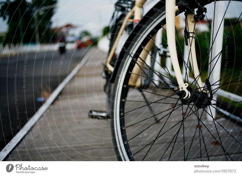 Nahaufnahme des Fahrradrads auf der Seite der Brücke Rad Verkehr Fahrradfahren Tag Verkehrsmittel Farbfoto parken Bewegung aktiv Sport Reifen Radfahren