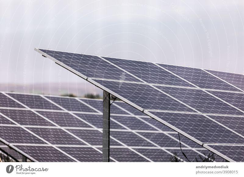 Ein Kraftwerk, das erneuerbare Sonnenenergie mit der Sonne nutzt. Solarzellen oder photovoltaische Zellen in einem Solarkraftwerk, die sich in den Himmel drehen, absorbieren das Sonnenlicht von der Sonne.