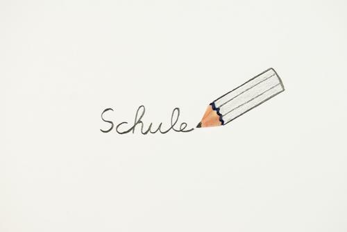 Schule - Stift schreibt Wort auf / konzept wort Lernen begriff Schulunterricht stift Schulbeginn schreiben Kindheit Bildung