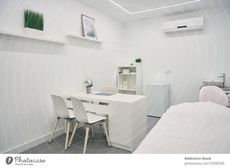 Interieur eines Zimmers in einer Schönheitsklinik Innenbereich weiß sehr wenige Klinik Raum Farbe Möbel Stil Design modern Zentrum Dekor einfach geräumig