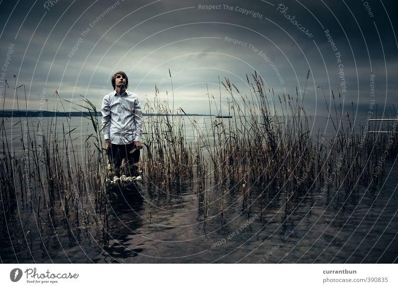 Die Glasevaporierer maskulin Junger Mann Jugendliche 1 Mensch 18-30 Jahre Erwachsene Wasser Abenteuer ästhetisch Seeufer Bodensee Glühbirne Hemd blau blau-grau
