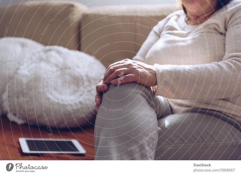 Ältere Frau sitzt auf dem Sofa Tablette Senior Hände alt Sitzen benutzend Bildschirm reif Internet Kaukasier Technik & Technologie Erwachsener heimwärts Person