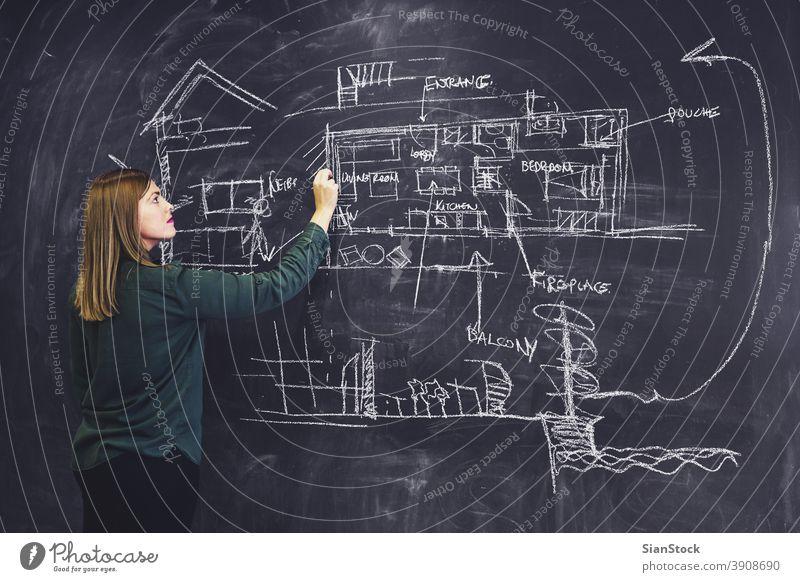 Architektin skizziert neues Projekt auf Kreidetafel. Tafel Architekturen Zeichnung Business Arbeit Hipster Arbeitsplatz Büro Sitzung Konstruktion Gebäude