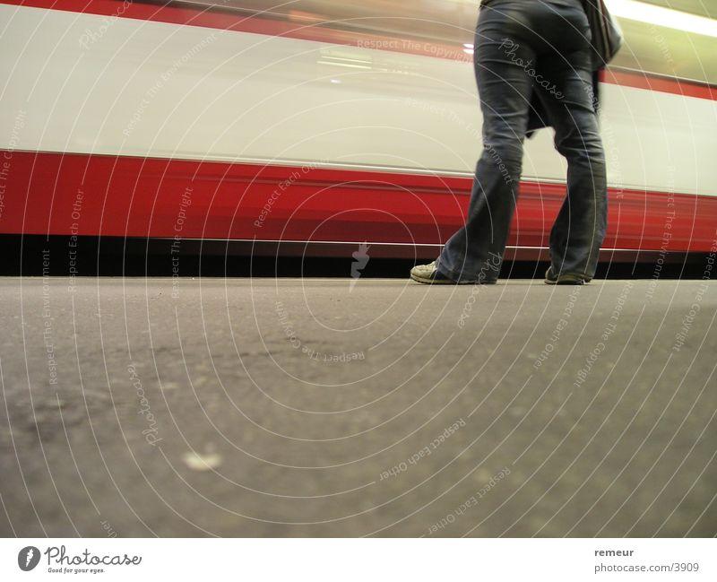 KVB Verkehr warten Hose trendy Köln U-Bahn Straßenbahn Bahnsteig Kölner Verkehrs-Betriebe