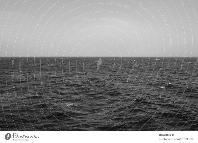 Winter in den Ozeanen tief MEER Wellen Himmel Horizont kalt windig Tag Meer Wetter Mitte Nirgendwo Landschaft Meereslandschaft Wasser Oberfläche Natur Linie