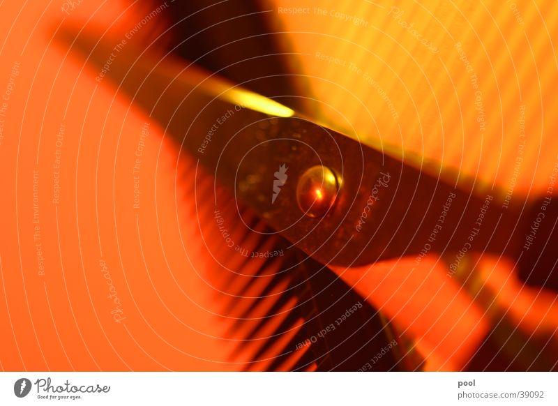 Werkzeug Haare & Frisuren Licht Unschärfe Handwerk geschnitten Papier Furche rot gelb Schere Kamm Friseur Detailaufnahme Makroaufnahme Farbe