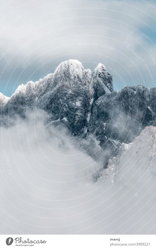 Die Dirndln tragen Festtagsgewand. Berge, die mit Schnee angezuckert, und vom Nebel umrahmt sind. Schneebedeckte Gipfel Nebelschleier Alpen Felsen