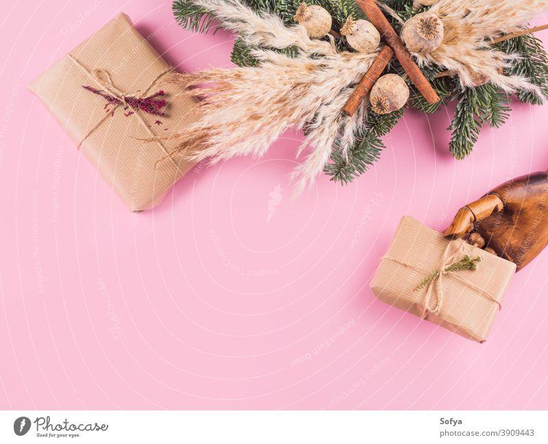 Minimale Xmas-Flachlegung mit Geschenken auf Pink Weihnachten Winter Hand rosa Beteiligung präsentieren Totenkranz Hintergrund Feiertag Tanne Jahr Ast Boxsport
