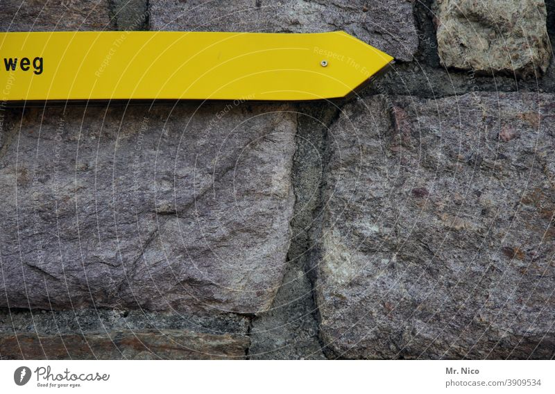 Die richtige Richtung Hinweisschild Mauer Schilder & Markierungen Schriftzeichen Zeichen Fassade gelb grau Fuge Steinmauer Naturstein richtungweisend Pfeil