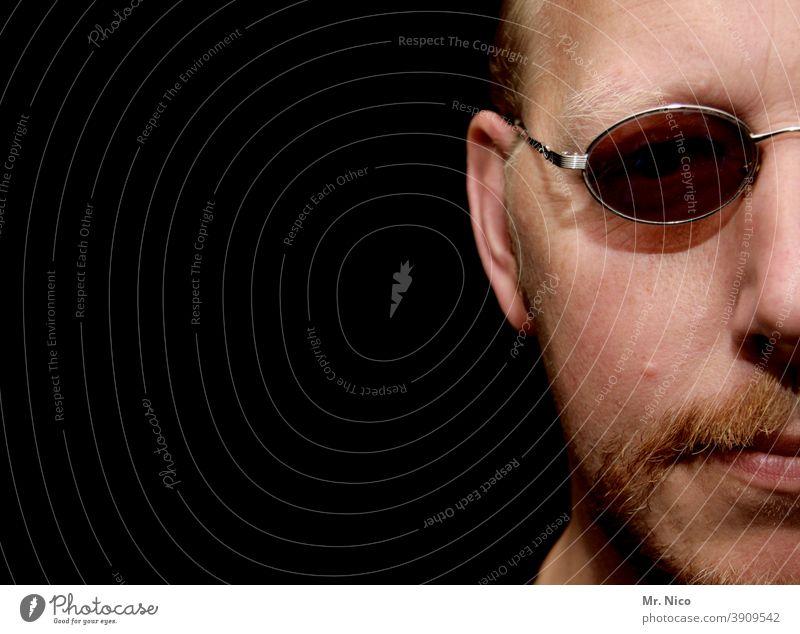 Ein stück Mann mit Brille Gesicht Gesichtshälfte Porträt Bart Blick Auge Haare & Frisuren Mund Lippen Nase Ohr Haut Kopf Blick in die Kamera Sonnenbrille