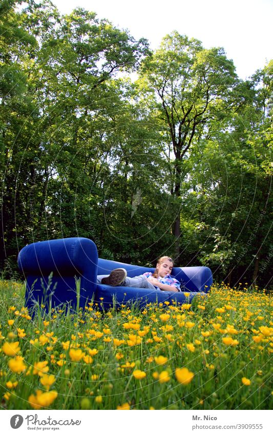 Siesta Sommer ruhig Erholung Sofa Gras Blume Natur Umwelt Wiese liegen schlafen träumen Frühlingsgefühle Zufriedenheit natürlich Gelassenheit blau Blumenwiese