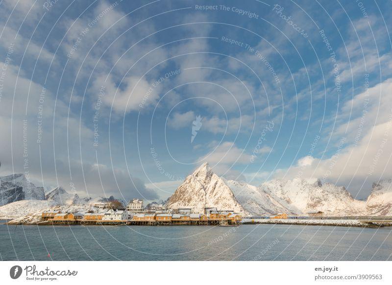 Sakrisoy auf den Lofoten Sakrisøy Norwegen Insel Fjord Berge Winter Schnee Urlaub Reise Meer Küste Nordmeer Skandinavien Rorbuer Fischerdorf Dorf Hüttenferien