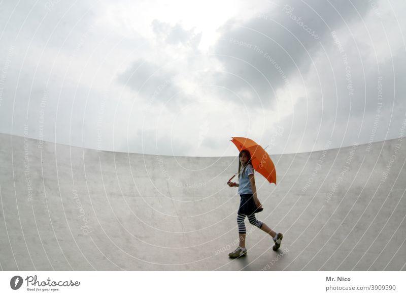 Am Rand angekommen Regenschirm Himmel Wolken Wetter schlechtes Wetter rot silber grau umbrella orange nass werden abgeschirmt beschirmt wetterbedingungen Rampe