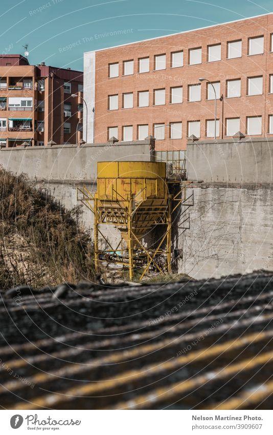 Alter gelber Brauchwassertank. Wasserturm industriell Großstadt Struktur Schatten Gebäude Verlassen im Freien alt urban Architektur Menschenleer Außenseite