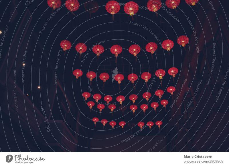 Traditionelle chinesische Laternen schmücken die Straßen während des Mittherbstfestes oder Mondkuchenfestes chinesische Kultur Chinesische Laternen