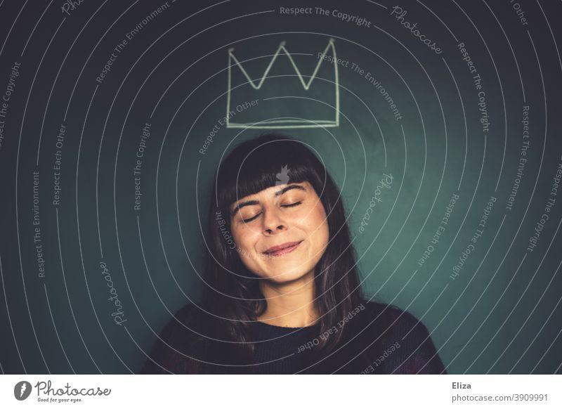 Frau trägt eine gemalte Krone und fühlt sich als Prinzessin. prinzessin träumen Märchen Märchenwelt geschlossene Augen Dornröschen lächelnd lächelnde Frau