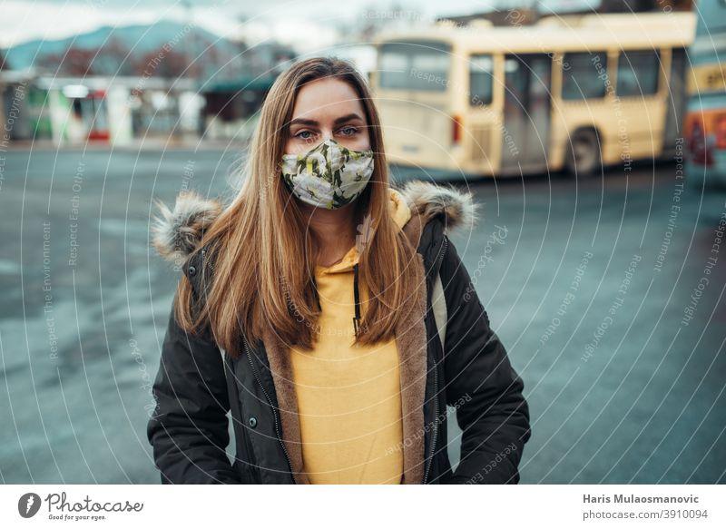 Frau mit Gesichtsmaske am Busbahnhof stehend Erwachsener attraktiv schön Schönheit blond Business Kaukasier Großstadt selbstbewusst Coronavirus covid-19