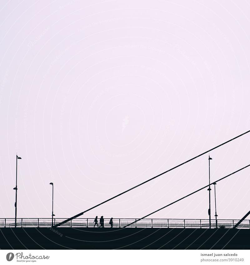 Tourist auf der Brücke beim Besuch der Stadt Bilbao, Spanien Person Menschen Fußgänger Schatten Silhouette Sonnenuntergang Straße im Freien Großstadt