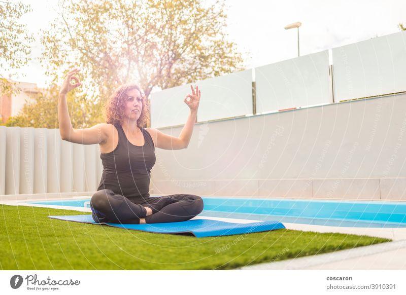 Frau mittleren Alters, die in ihrem Hausgarten Yoga-Übungen ausführt Aktivität Hintergrund schön Körper Kaukasier Konzentration Konzept Textfreiraum Genuss