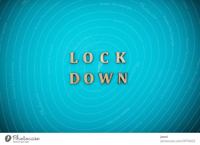 LOCKDOWN | Text auf einfarbigem Hintergrund in türkis-blau | corona thoughts Lockdown Lock Down Wort Buchstaben Virus Quarantäne Quarantänezeit coronavirus