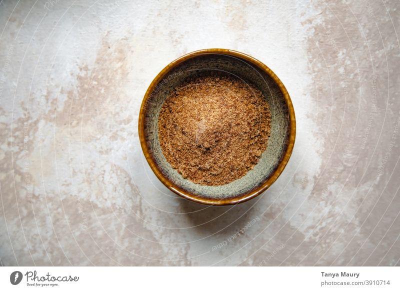 Schale mit braunem Zucker auf einem Tisch süß Küche Dessert obere Ansicht Rezept Bäckerei backen Arbeitsbereich selbstgebacken selbstgemacht vereinzelt