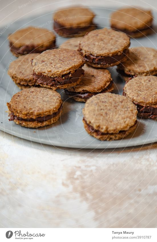 Nahaufnahme von veganen und glutenfreien Sandwich-Keksen Foodfotografie Vegane Ernährung Essen und Trinken Food-Styling Backwaren Plätzchenteig Kekse backen