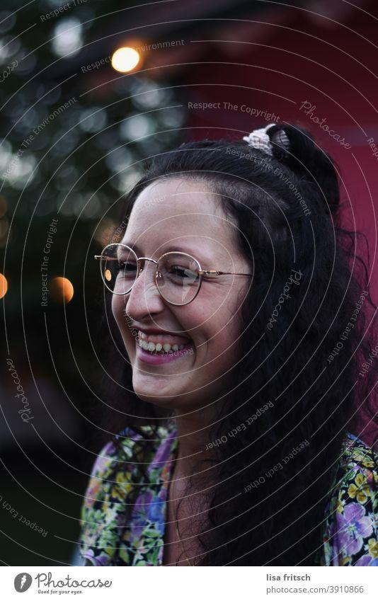 FRAU - BRILLE - HÜBSCH Frau Locken brünett Brille Zopf Sommer lachen glücklich strahlend Zufriedenheit Glück Lebensfreude Junge Frau 25-29 Jahre alt