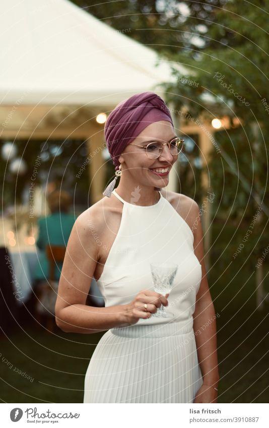 BRAUT - GARTEN - HOCHZEIT Braut Garten Hochzeit Vintage Brautkleid Farbfoto Feste & Feiern modern hübsch Brille Kopfbedeckung Außenaufnahme Erwachsene Frau