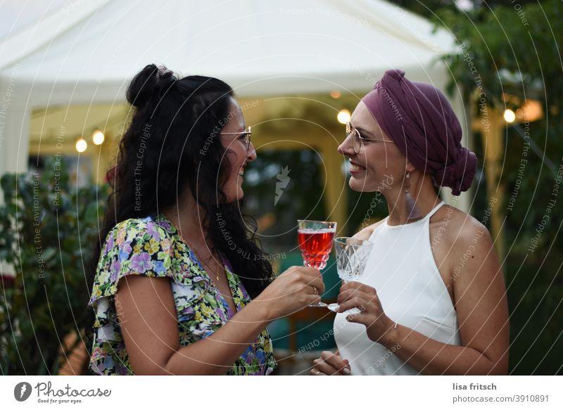 cheers! Freundschaft Freundinnen Frauen anstoßen Alkohol Hochzeit Feier Zusammensein Glück Lächeln Freude heiter Sommer Garten Abend Brille Locken brünett