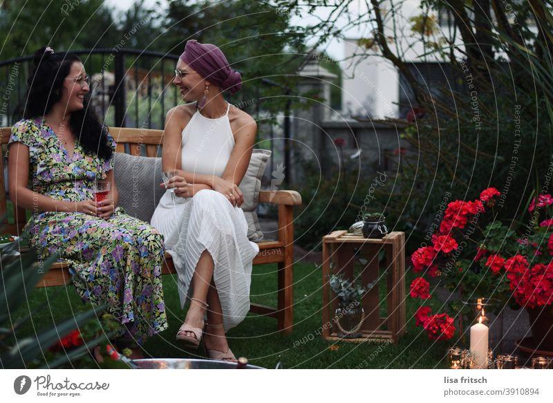FRAUENGESPRÄCH Frauen 25-29 Jahre alt feminin Erwachsene Farbfoto Außenaufnahme Freundinnen Freundschaft Zusammensein Gesprächspartner Hochzeit Trauzeuge Abend