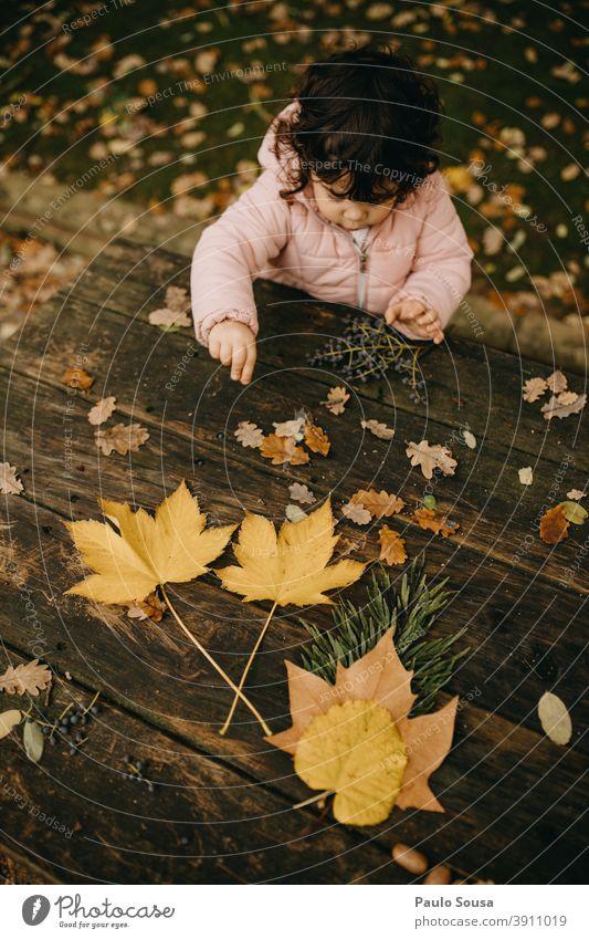 Süßes Kind Mädchen spielt mit Herbstblättern Kindheit Kaukasier 1-3 Jahre authentisch herbstlich Herbstlaub Herbstfärbung fallen mehrfarbig Herbstwald