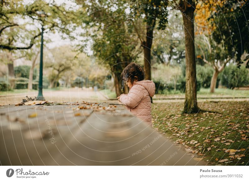 Süßes Mädchen spielt im Park Herbst authentisch herbstlich Herbstlaub Herbstfärbung fallen Herbstbeginn Natur Farbfoto Herbstwetter Außenaufnahme Umwelt Blätter