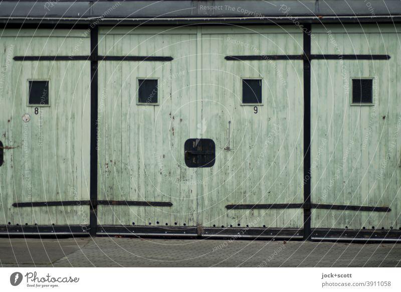 Mehrzweckgarage Nr. 9 Garage DDR Garagentor Zahn der Zeit Prenzlauer Berg retro Smiley geschlossen eckig alt Vergangenheit Symmetrie verwittert Stil Stellplatz
