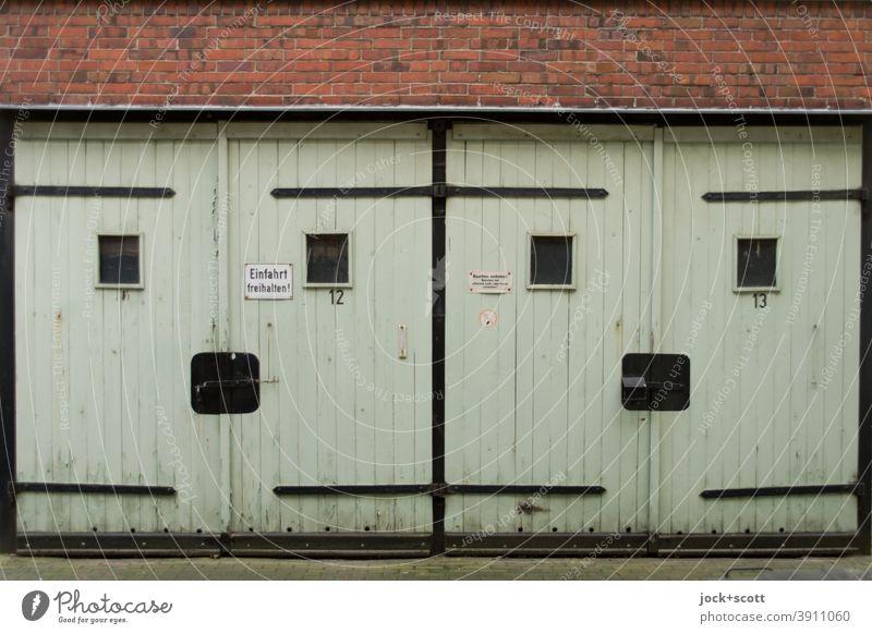 Mehrzweckgaragen Nr. 12 und 13 Garage DDR Garagentor Zahn der Zeit Prenzlauer Berg retro Smiley geschlossen alt eckig Symmetrie Vergangenheit Stil verwittert