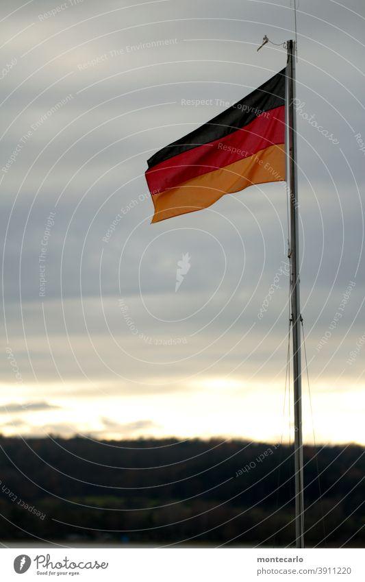 Zeitgeschichte | Einigkeit und Recht und Freiheit Nationalstolz Symbol hissen Nationalität Zeichen Patriotismus Deutschland Fahnenmast Deutsche Flagge