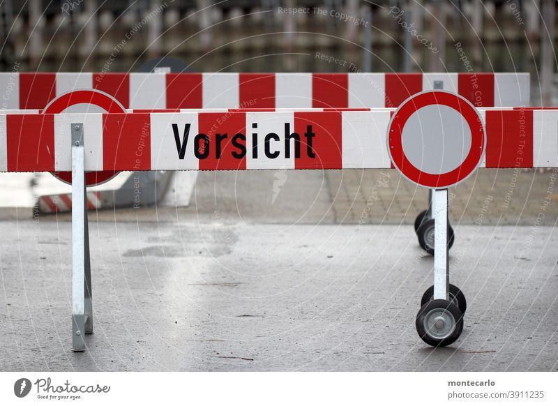 Vorsicht Trash | Warnschild und Sperrbalken vor dem Hafenbecken Barriere Schilder & Markierungen rot weiß rund Farbfoto Außenaufnahme Tag gefahrenzone