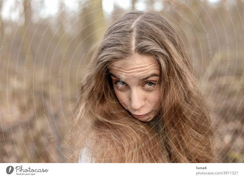 fröhliches Mädchen mit langen Haaren frech Jugendliche verschmitzt übermütig lustig lachen rebellisch Grimasse Mimik provokant entspannt teenager stehen Freude