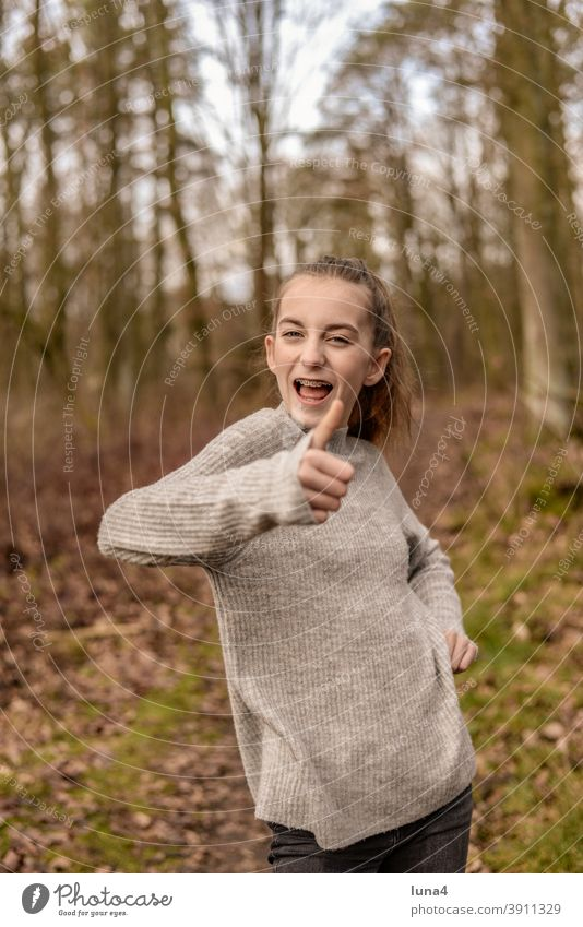fröhliches Mädchen mit Zahnspange zeigt Daumen hoch Spange Erfolg Sieg Zuversicht Jugendliche lachen optimistisch zufrieden entspannt teenager Freude Humor