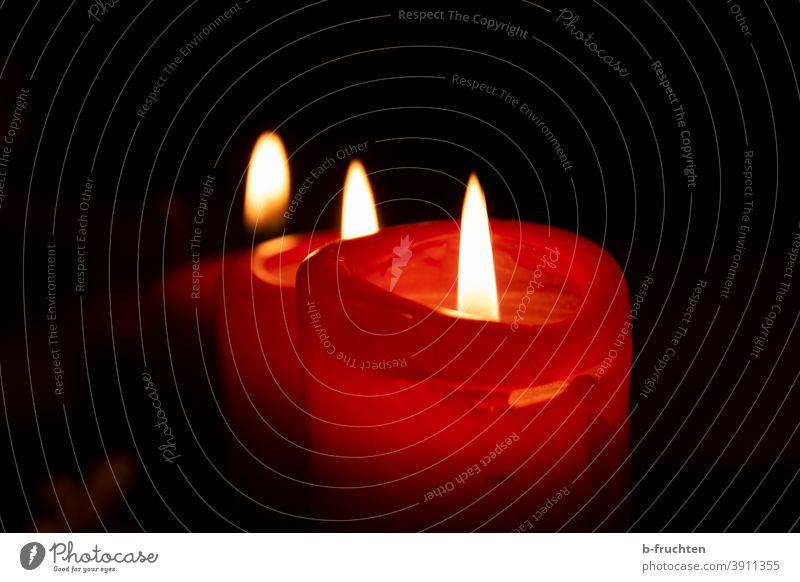 Drei rote Kerzen in einer Reihe Kerzenschein Licht Weihnachten & Advent Flamme brennen Kerzendocht Wachs Beleuchtung Stimmung Romantik Dekoration & Verzierung