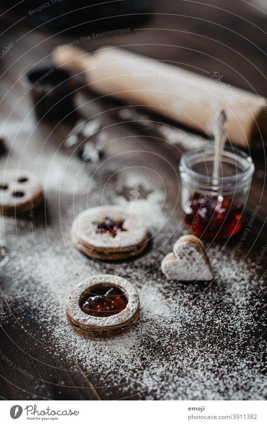 Spitzbuben Weihnachtsplätzchen Weihnachtskekse Kekse Plätzchen Nahaufnahme Schwache Tiefenschärfe Marmelade Puderzucker lecker süß naschen Kalorie