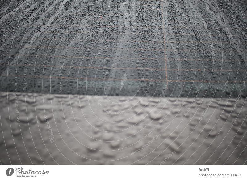 Tropfen wie Sand am Meer Regen Regentropfen Auto nass Wassertropfen Wetter Detailaufnahme schlechtes Wetter Menschenleer Herbst grau Außenaufnahme Autofenster