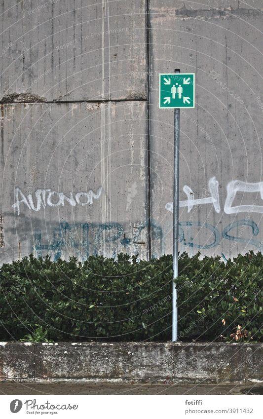 Autonome bitte hier versammeln Schilder & Markierungen Parkplatz Beton Graffiti parken Mauer Wand Hinweisschild Zeichen Außenaufnahme Menschenleer