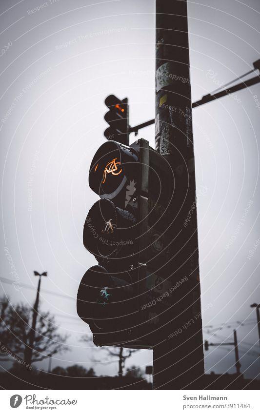 Zwei rote Ampeln aus der Froschperspektive Rot Verkehrszeichen Farbfoto Außenaufnahme Verkehrsschild Straße Verkehrswege Straßenverkehr Wege & Pfade