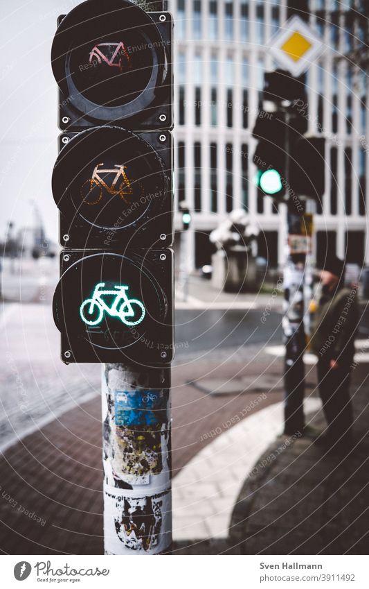 Mann wartet an der Ampel Grün warten Verkehr Verkehrszeichen Straßenverkehr Farbfoto Außenaufnahme Verkehrswege Verkehrsschild Wege & Pfade Tag Autofahren Stadt