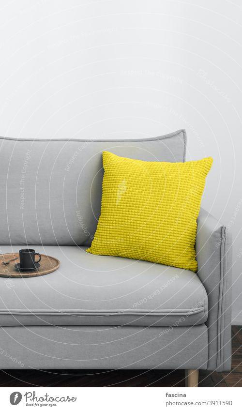 Die Farbe des Jahres 2021 im kargen Inneren Farbe 2021 leuchtend gelb ultimativ grau skandinavisch Innenbereich Raum Hintergrund lichtvoll vertikal Design