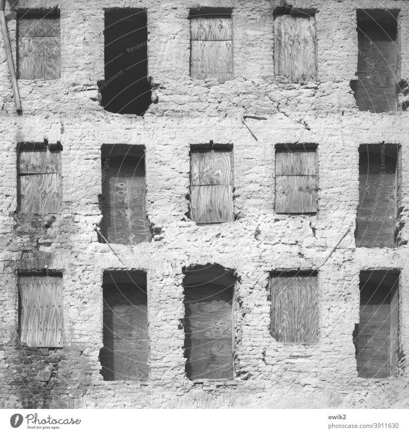 Mauerreste Haus alt Ruine Fensterhöhlen Nischen Verfall kaputt Gebäude Wand Vergänglichkeit Menschenleer Fassade Schwarzweißfoto Ordnung Zerstörung