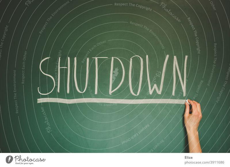 Wort Shutdown geschrieben mit Kreide auf grüner Tafel - Corona Thoughts lockdown Maske Coronavirus Corona-Virus Lockdown geschlossen Prävention Wirtschaft Krise
